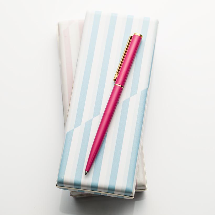 鮮やかなピンクと淡いカラーのケースが特徴