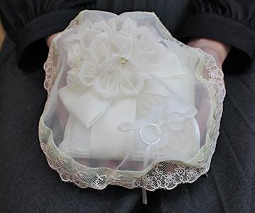 リングピロー〔ブーケリボン〕完成品|ベールをかけて指輪交換のその時を待ちます|結婚式演出の手作りアイテム専門店B.G.