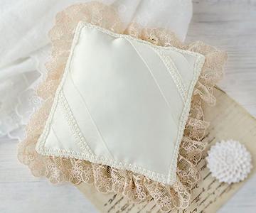 リングピロー〔フリルスクエアー〕アレンジキット|一針ごとに丁寧に縫いあげました。|結婚式演出の手作りアイテム専門店B.G.
