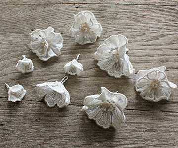 リングピロー〔レースのお花〕手作りキット|クッションカバーは縁を装飾し、サテンリボンで巻いています結婚式演出の手作りアイテム専門店B.G.