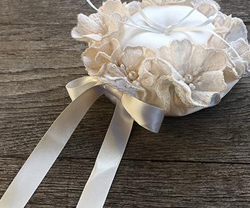 リングピロー〔レースのお花〕手作りキット|最後にリボンをつけたら完成です|結婚式演出の手作りアイテム専門店B.G.