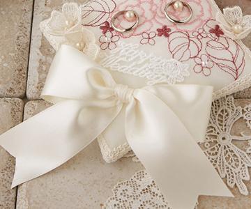 リングピロー〔ローズパターン〕手作りキット|サテンの大きなリボンと、レースのメッセージと小花|結婚式演出の手作りアイテム専門店B.G.