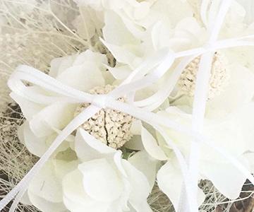 リングピロー〔かすみ草〕完成品 リングは実の上のリボンに 結婚式演出の手作りアイテム専門店B.G.
