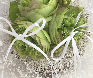 リングピロー〔グリーンラナンキュラス〕完成品|リングはリボンにかけてお使いください|結婚式演出の手作りアイテム専門店B.G.