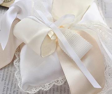 リングピロー〔リボンストーリー〕完成品|中心のリボンがリングをかけやすくなっています|結婚式演出の手作りアイテム専門店B.G.
