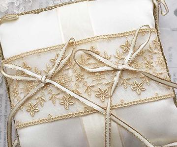 リングピロー〔エレガントリボン〕手作りキット|幅広のチュールレースの上のリボンにリングをかけて|結婚式演出の手作りアイテム専門店B.G.