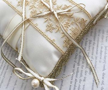リングピロー〔エレガントリボン〕手作りキット|周囲と四隅にも、ゴールドの装飾を施します|結婚式演出の手作りアイテム専門店B.G.