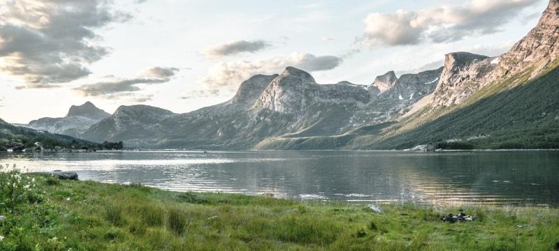 北欧産の天然御影石を使用。